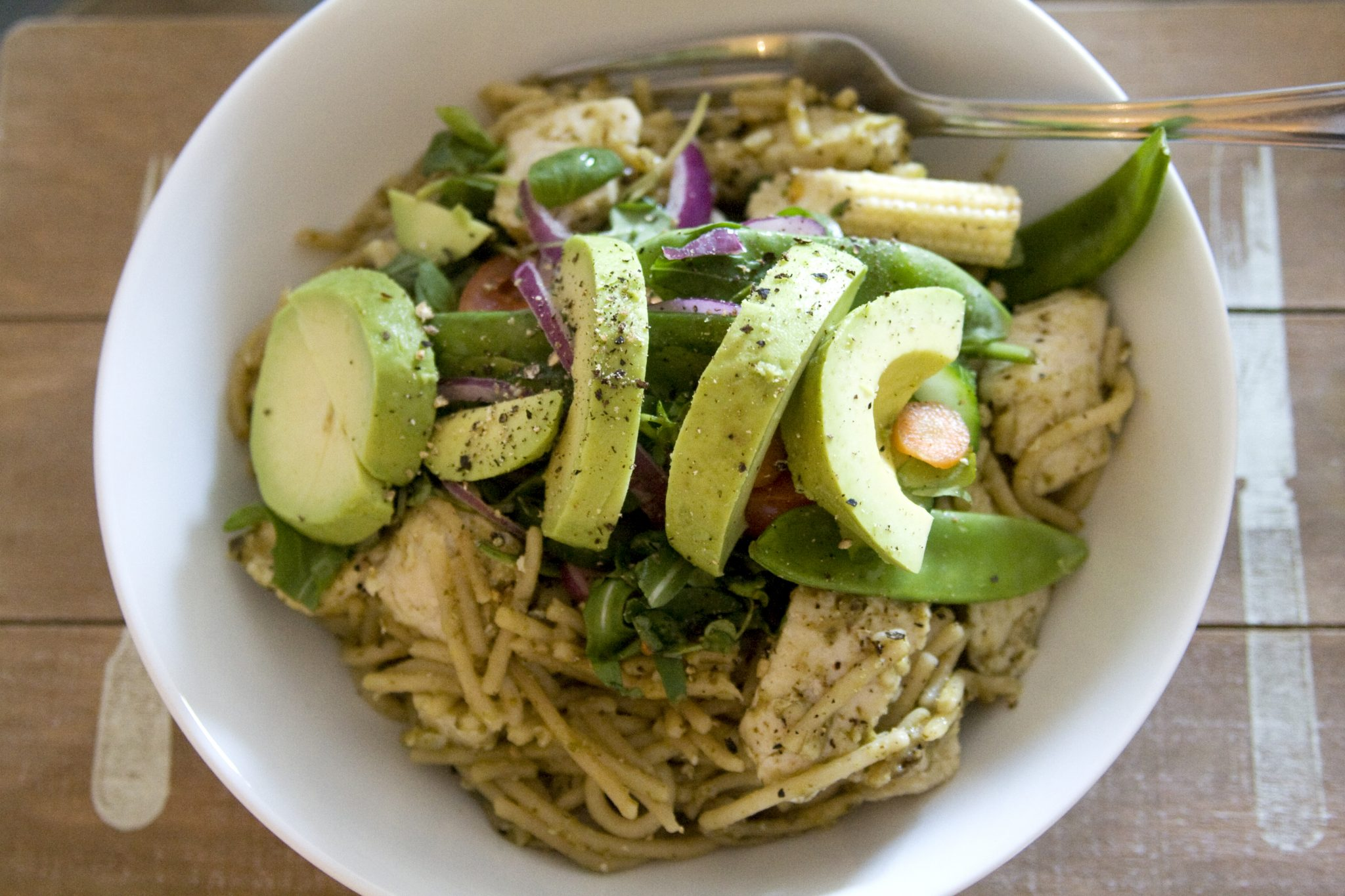 healthy chicken pesto pasta with avocado. Salad, healthy food, healthy eating, super food, recipe, easy. Manchester based fasion and lifestyle blogger.